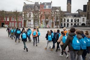 Basisschoolleerlingen wandelen voor water
