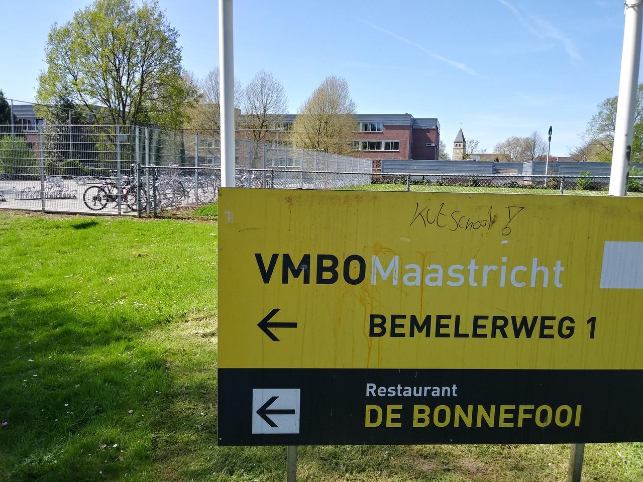 De Stoelen Vlogen In Het Rond Gisteren In De Kantine Van Het Vmbo Maastricht Aan De Bemelergrubbe Hekken Werden Kapot Getrokken En Eieren Vlogen Tegen De