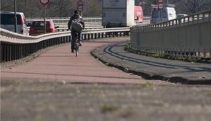 Scooters van fietspad af