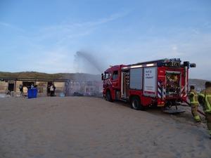 Brandweer oefent op strand