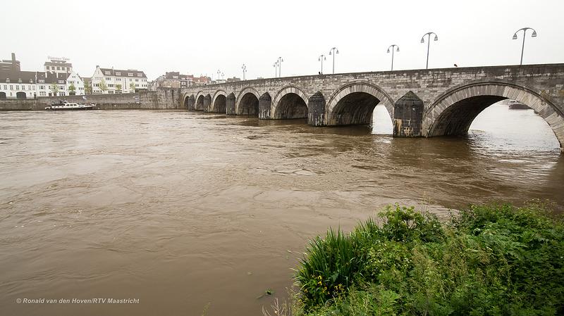 hoog water maas servaas brug