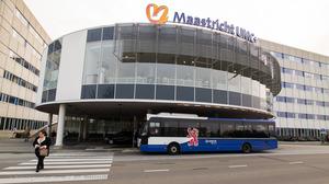 Nieuwe elektrische bus te hoog voor bij halte AZM
